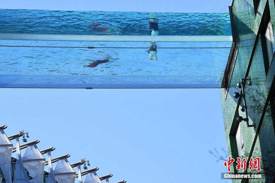 世界首座空中全透明泳池 似在空中遨游