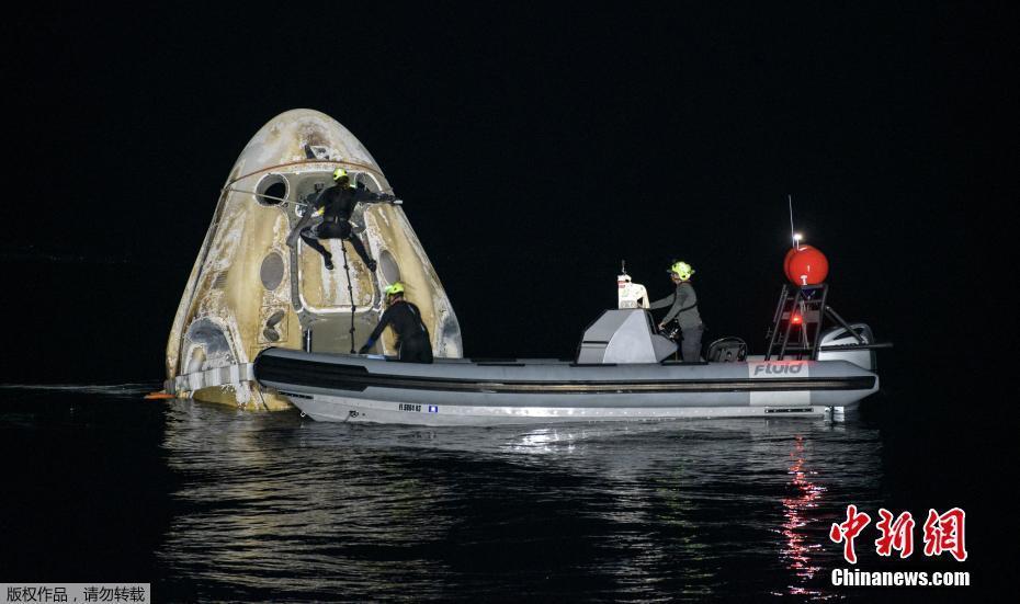 """4名國際空間站宇航員乘""""龍""""飛船成功返回地球"""