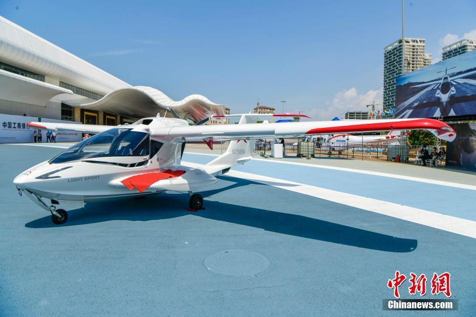轻型运动飞机亮相首届中国国际消费品博览会