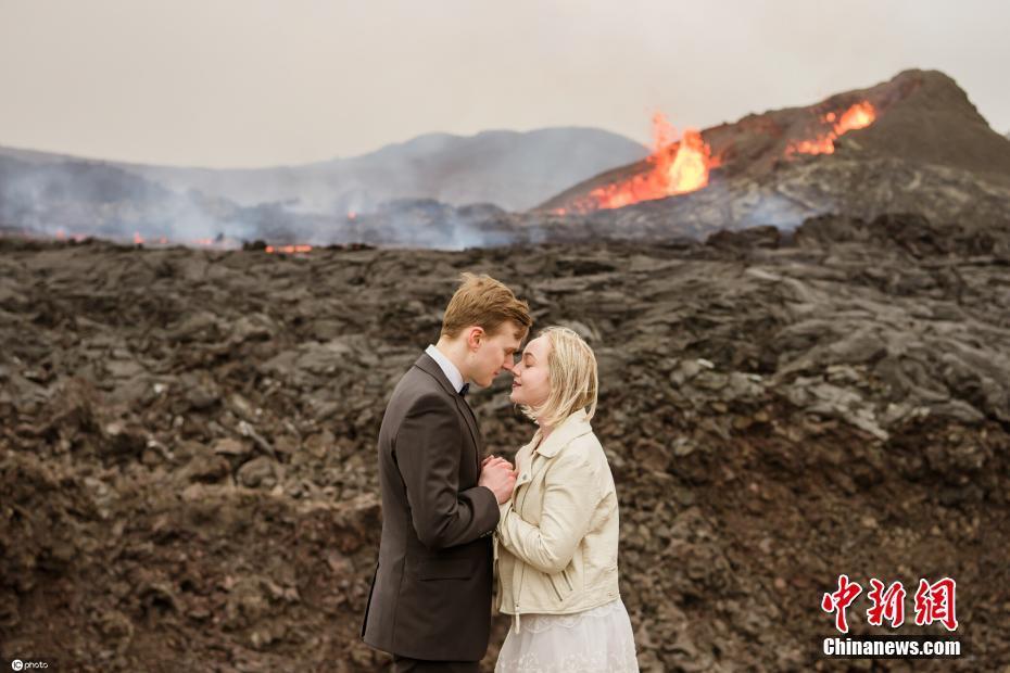 """爱得""""轰轰烈烈"""" 冰岛情侣火山前拍订婚大片"""