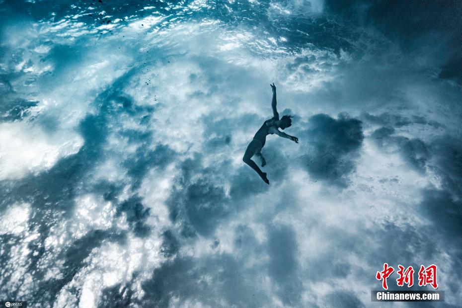 女子拍摄潜水大片 宛如在天空云朵中翱翔