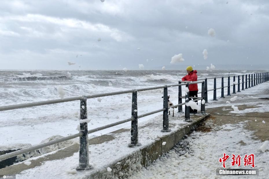 英国大风涨潮产生奇观 海浪泡沫吹向远方
