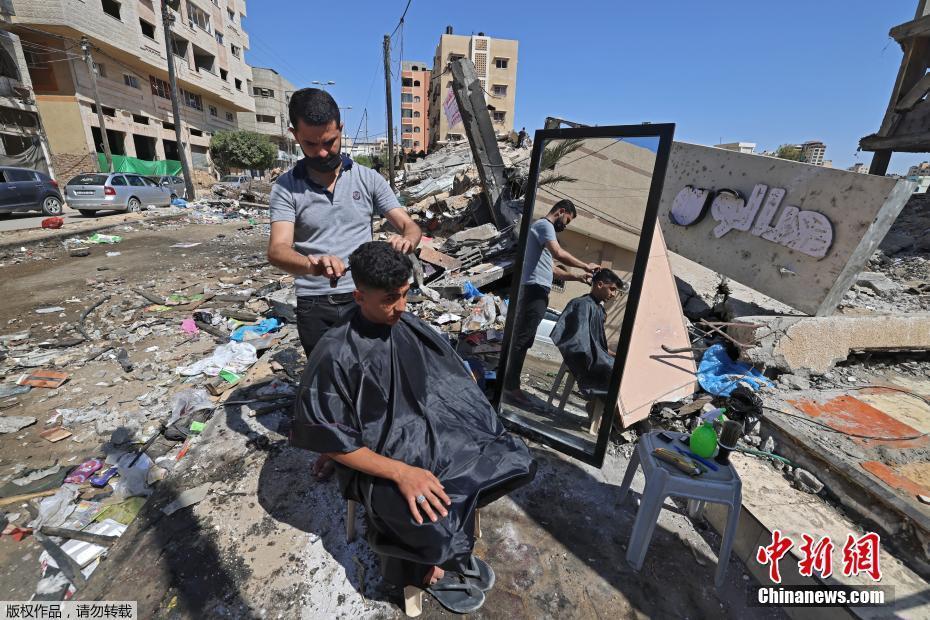 廢墟中的重建 加沙理發店在殘垣斷壁上重新營業