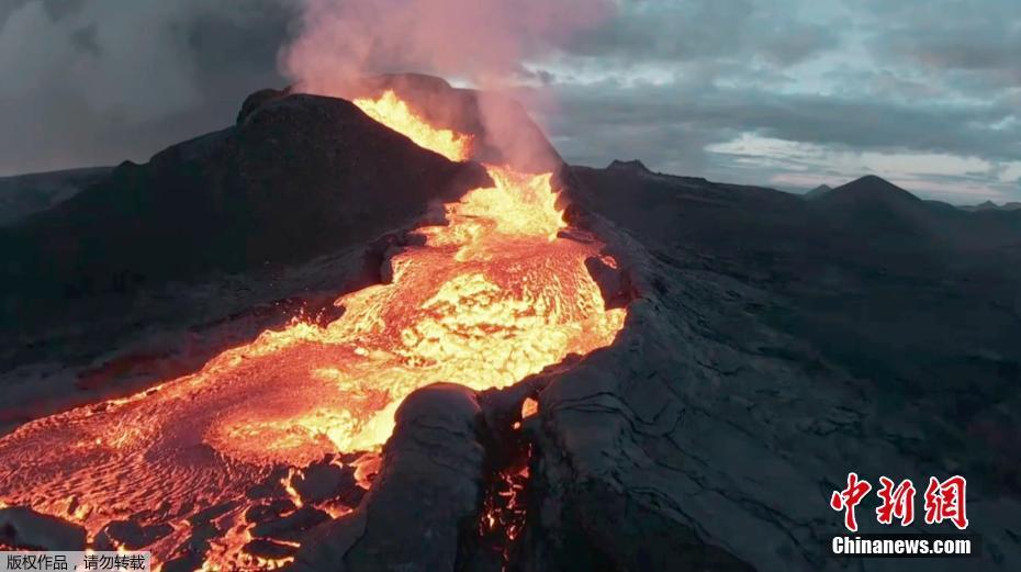 无人机近距离拍摄火山喷发景象 而后坠入熔岩之中