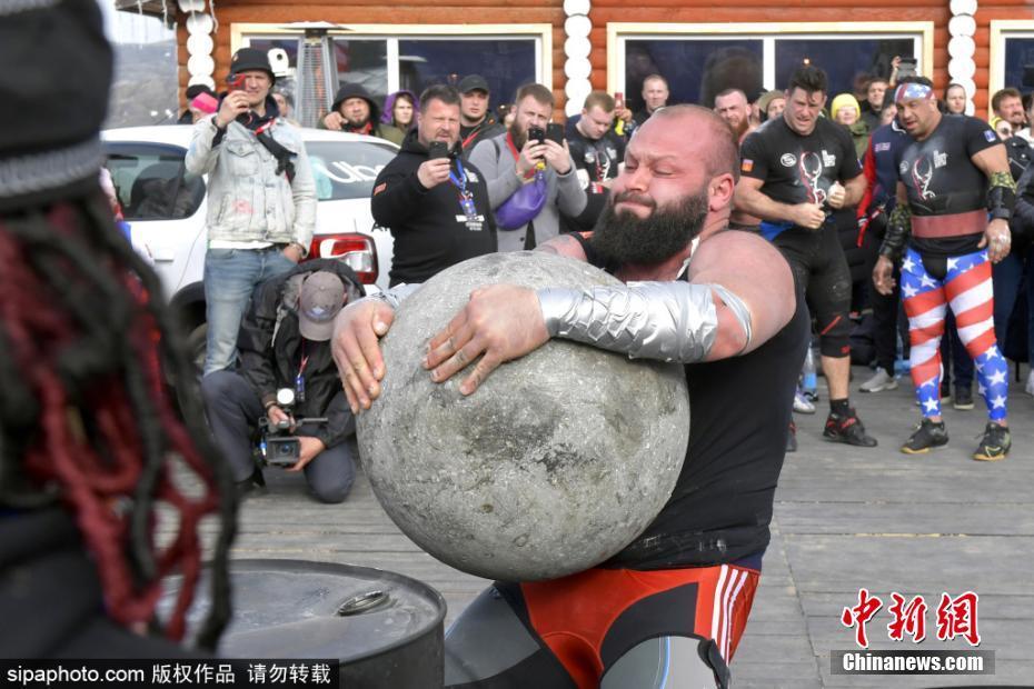 俄罗斯举办力量极限世界杯 大力士徒手搬巨石别开生面