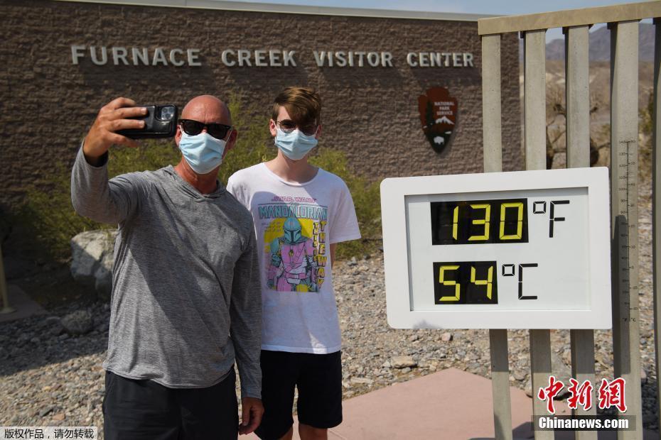"""美国""""死亡谷""""迎54摄氏度高温 游客打卡兴致不减"""