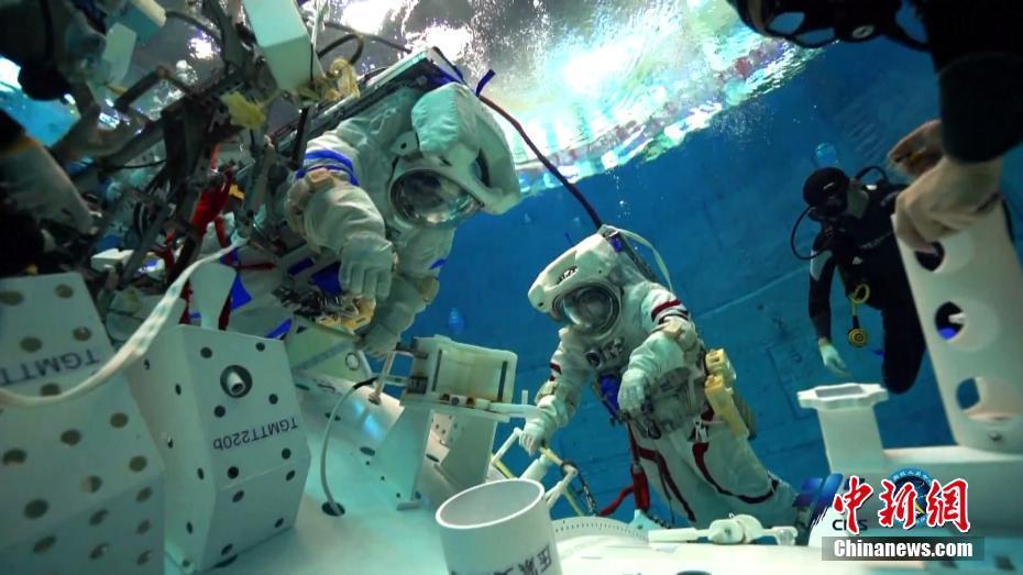 直击神舟十二号飞行乘组模拟失重环境水下训练