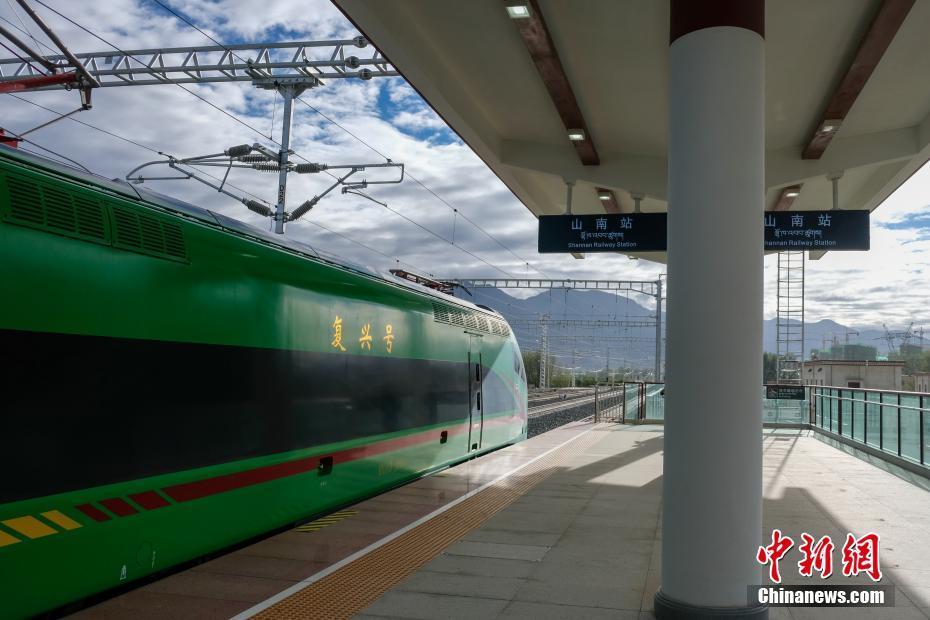 复兴号开进西藏 拉萨至林芝铁路即将开通运营