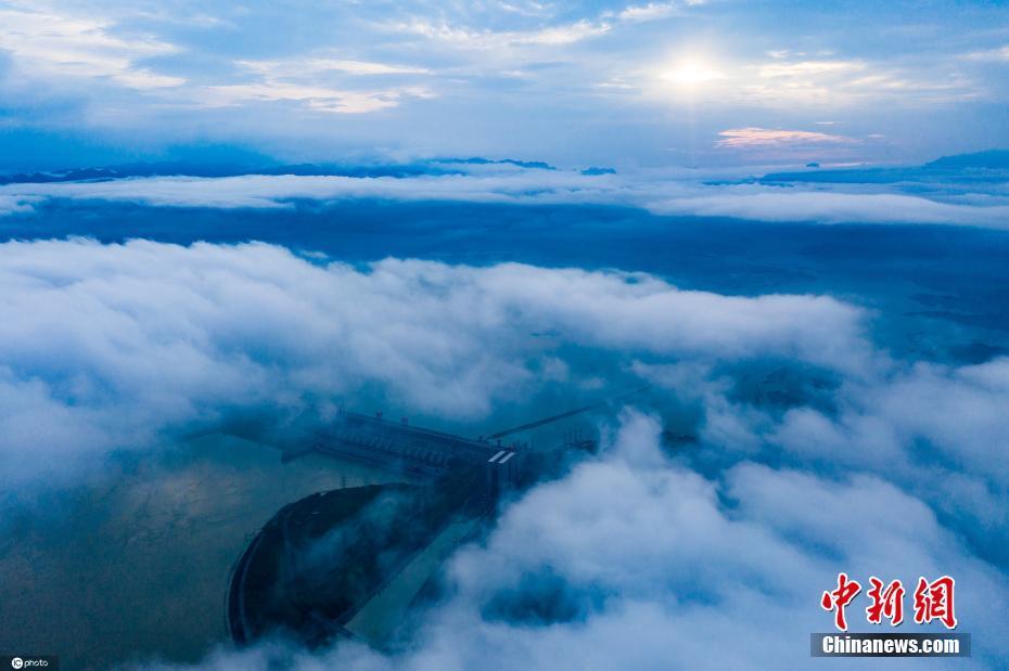 湖北宜昌:雨后三峡云雾缭绕美如画