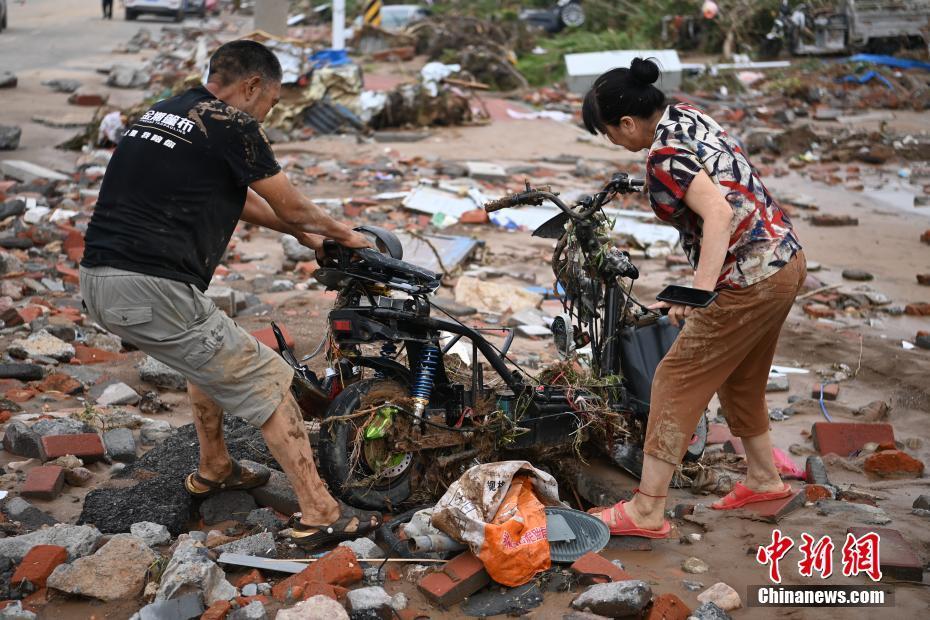 河南巩义市米河镇洪灾严重 当地民众开展自救