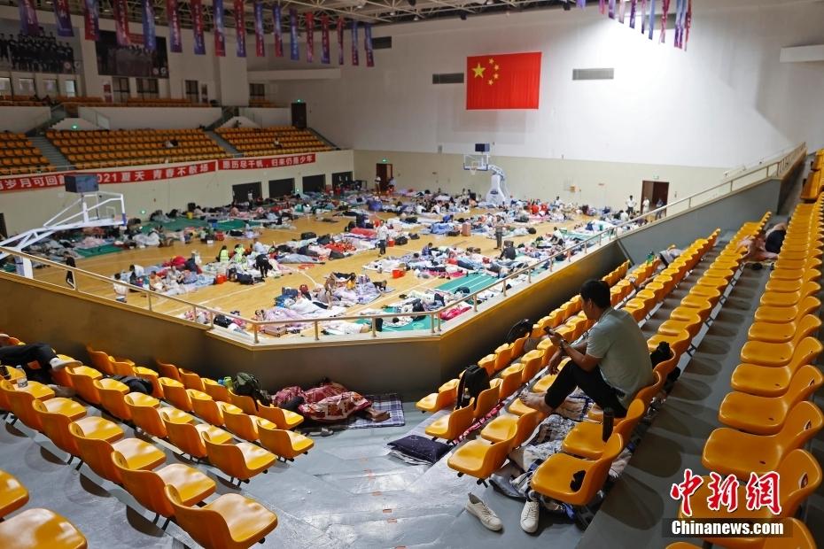 """受台风""""烟花""""影响 上海部分人员转移至体育馆内"""