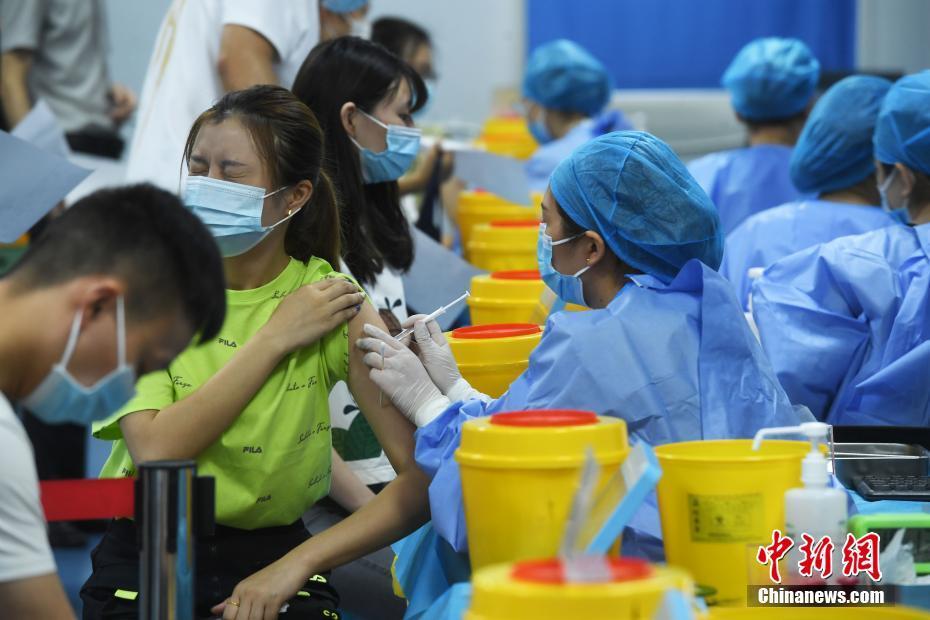 重庆民众有序接种新冠疫苗