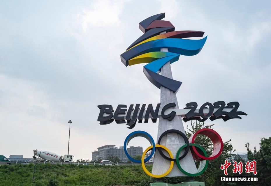 北京冬奥会会徽雕塑矗立西五环晋元桥畔