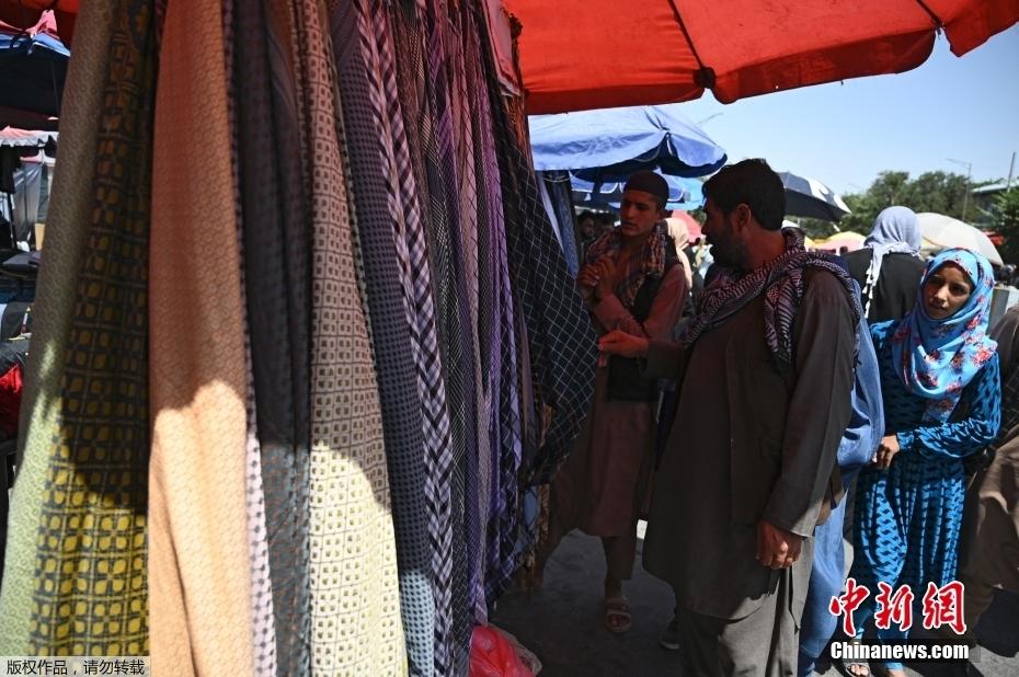 实拍阿富汗喀布尔街头景象 商贩摆摊迎顾客