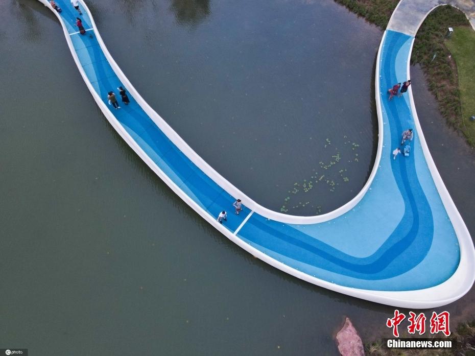 3D打印桥亮相四川成都 仿佛湖泊之上舞动的丝绸