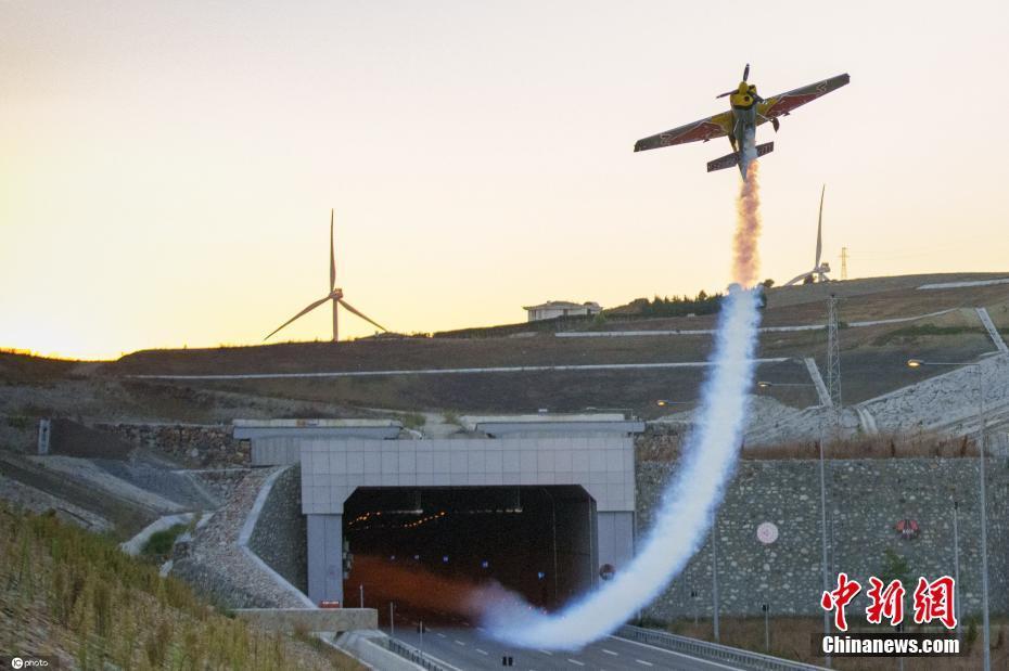 意大利特技飞行员驾机穿越高速公路隧道