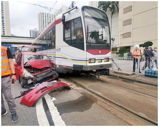 香港一私家车与轻铁列车相撞 一