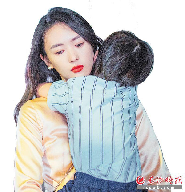 童瑶饰演的顾佳是一位十分称职的母亲,为母则刚的一幕感动了很多观众。均为资料图片