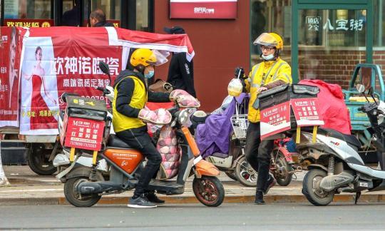 在街道上的食物送货员在邯郸,河北省。 (照片由金华/为中国日报)