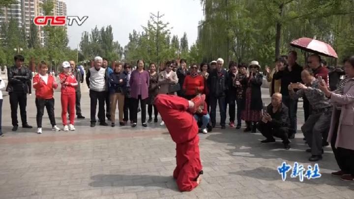68歲大媽公園健身有絕招