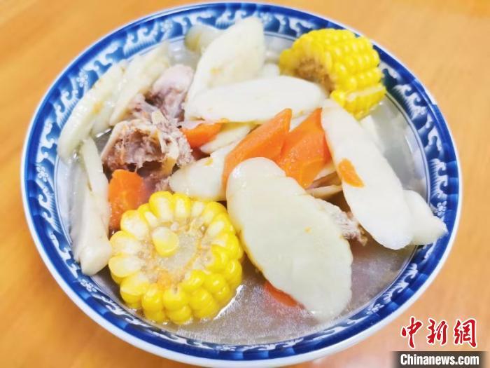 猪骨红萝卜玉米煲吉苓薯汤 李晓春 摄
