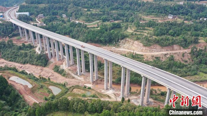 俯瞰巴万高速新桥河大桥。 钟欣 摄