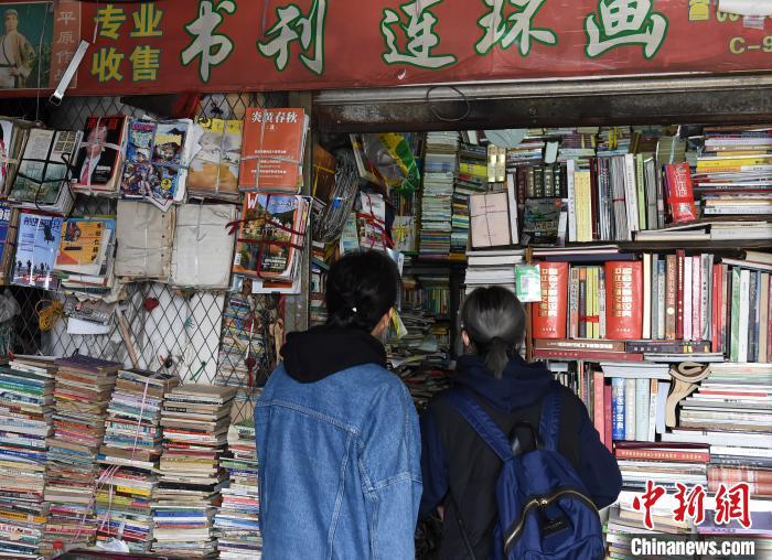 图为重庆营业了近20年的旧书店吸引游客前来一探究竟。 周毅 摄