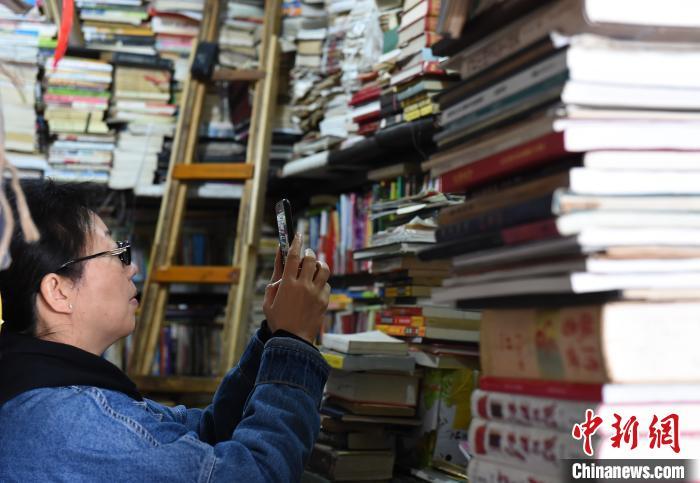 图为营业了近20年的旧书店吸引游客拍照留念。 周毅 摄