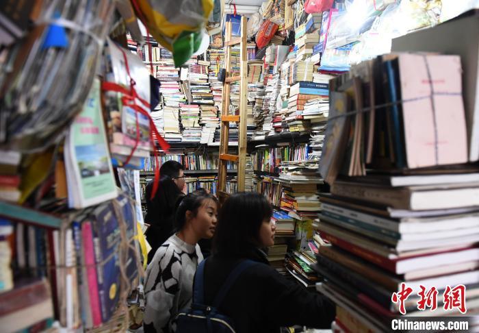 图为市民在营业了近20年的旧书店内打卡怀旧。 周毅 摄