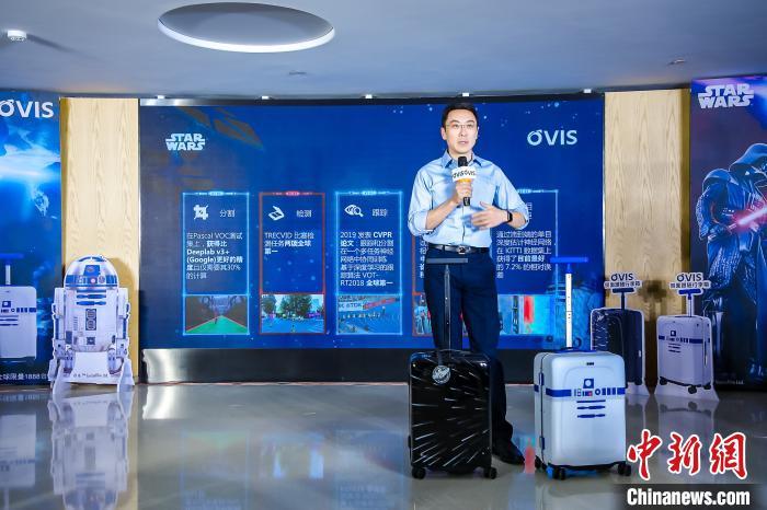 灵动科技创始人兼CEO齐欧12月16日在北京举行的发布会上介绍OVIS侧面跟随行李箱。灵动科技供图