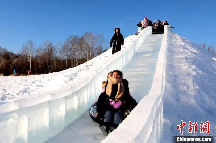 游客乘坐冰滑梯。 冯宏伟 摄