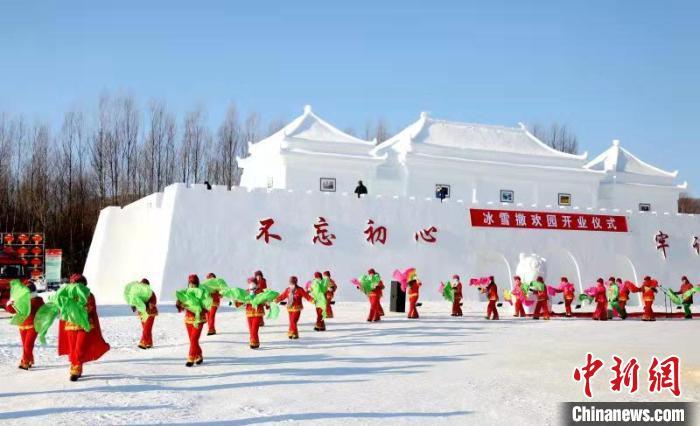 """东北大秧歌的音乐响彻""""中国最冷小镇""""冰雪撒欢儿园。 姜辉 摄"""