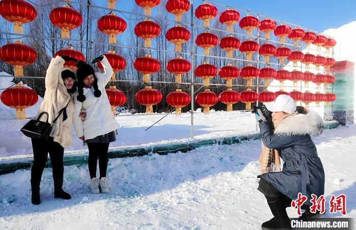 """游客在""""中国最冷小镇""""冰雪撒欢儿园拍照。 冯宏伟 摄"""