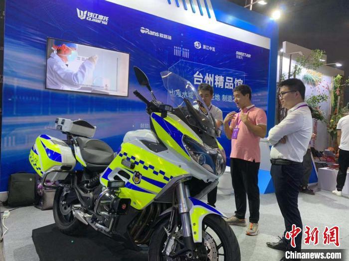 2019年7月,入驻政采云平台制造(精品)馆的台州某制造业企业展示有关产品。 张斌 摄