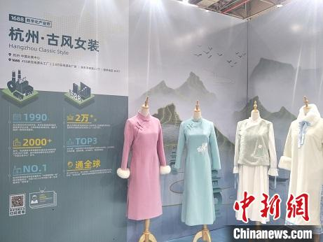 第六届虎门国际电商节在广东东莞虎门镇开幕。图为参展各地电商服装品牌设计个性化 李映民 摄