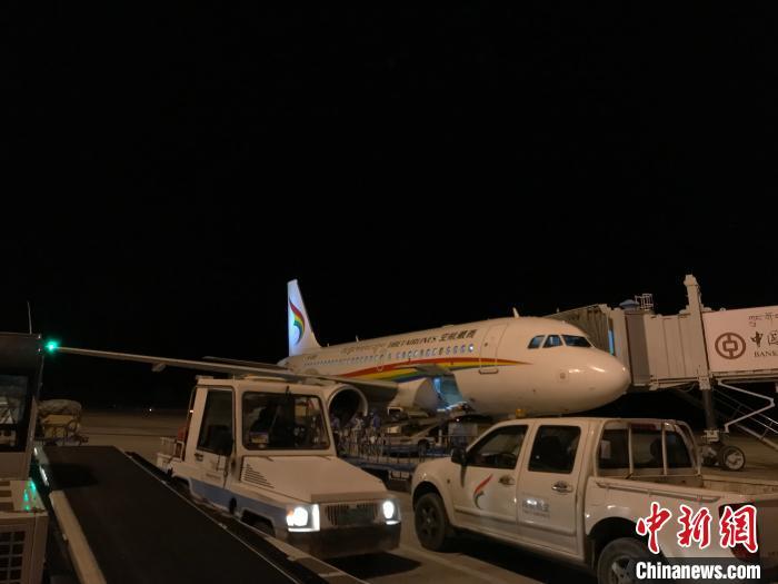 图为2019年12月31日晚,西藏航空跨年航班TV6018安全落地拉萨贡嘎国际机场。供图