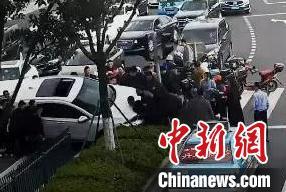 宁波一电动车被卷车底路人抬车5分钟救出被压女子