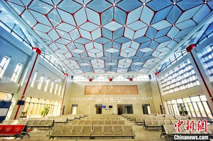 图为成昆铁路复线新建攀枝花南站候车大厅。 杨城 摄
