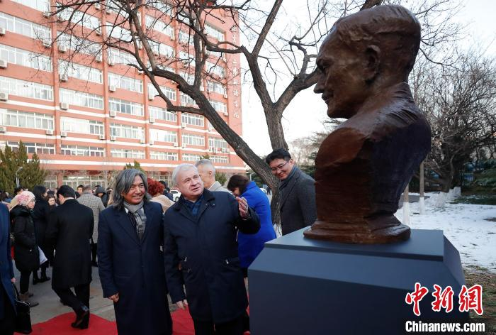 嘉宾观赏雕像 杜洋 摄