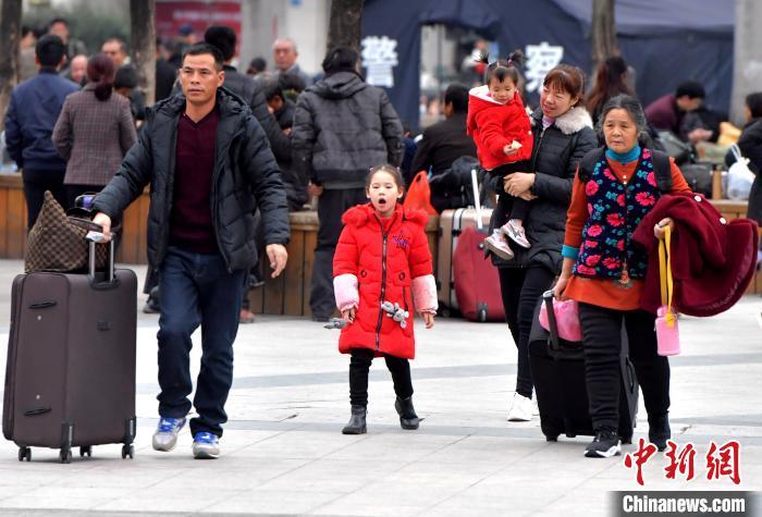 圖為出行的旅客前往福州火車站候車?!埍?攝