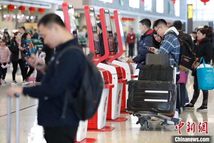 旅客在虹桥机场办理登机手续。 殷立勤 摄