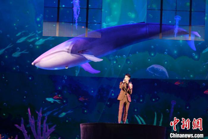 新生代歌手王子异现场演唱。 王东明 摄