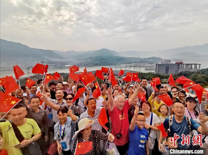 游客在三峡大坝旅游区抒发爱国情 韩伶娟 摄