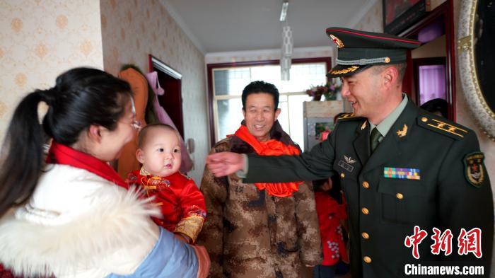 """图为西藏军区派出的""""小分队""""在徐飞龙家中。 高鹏飞 摄"""