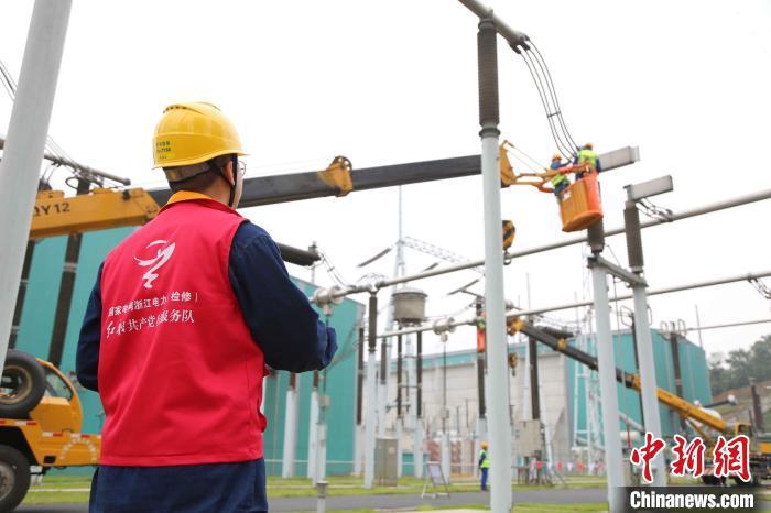 国网浙江电力工作人员正在作业。(资料图) 张馨尹 摄
