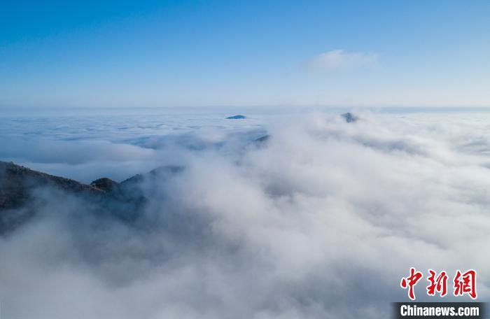 江西九江市武宁县甫田乡太平山,云雾缭绕,美景如画。 翁第亮 摄