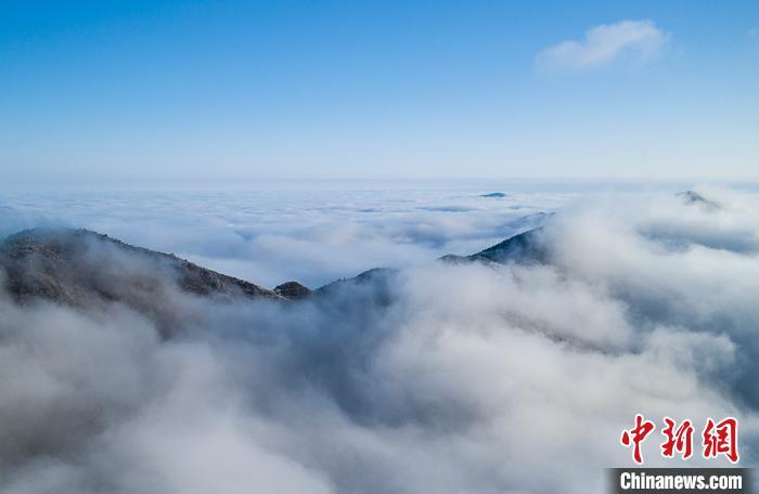 航拍云雾缭绕下的江西武宁太平山。 翁第亮 摄