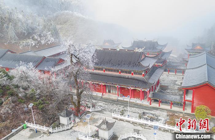 航拍云雾缭绕下的江西武宁太平山佑圣宫,红墙黑瓦,画面唯美。 翁第亮 摄