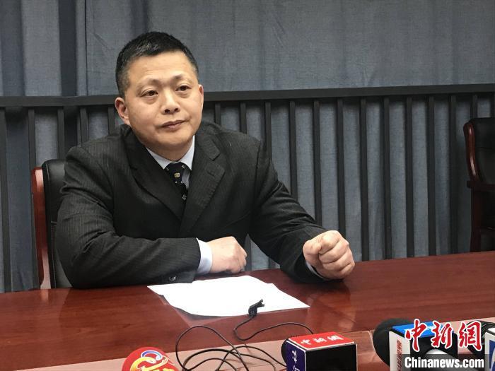 湖北省医疗组专家、武汉市金银潭医院副院长、主任医师黄朝林回答记者提问 张芹 摄
