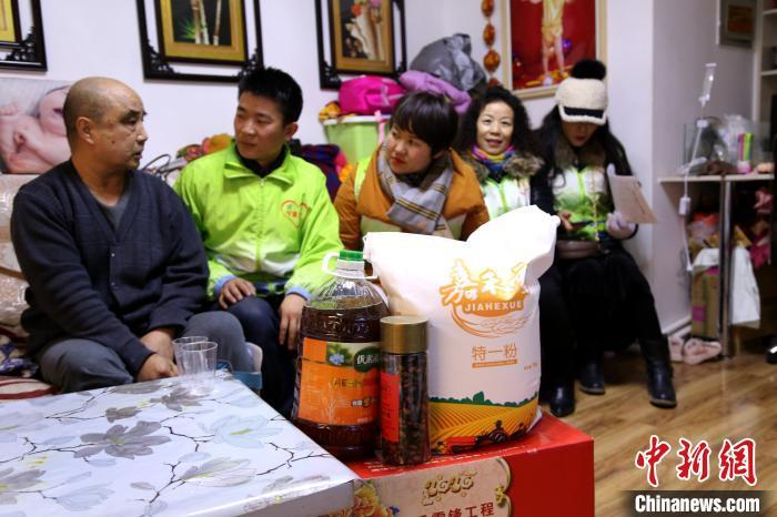 """义工将""""雷锋饺子""""爱心礼包送到困难群众家里。 陈芳妍 摄"""